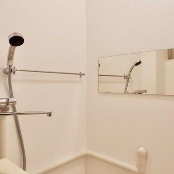 ワイドな鏡が嬉しい!シャワーヘッドなどもしっかり取り替えられていますよ。