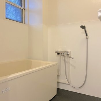 お風呂はキッチンの反対側に。 ※写真は2階の別部屋のものです