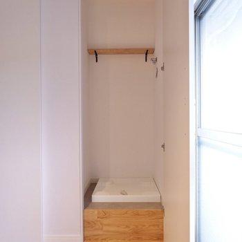 隣の扉を開けると洗濯機置場がありました。ベランダととっても近いのがポイントです。