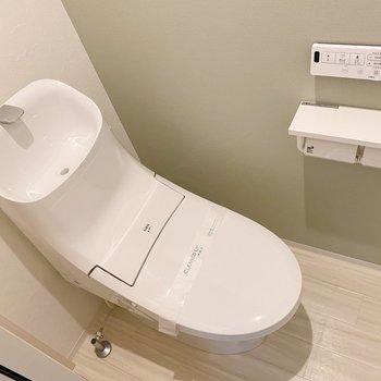 トイレも洗面と同じく優しい風合い。芳香剤は優しいフローラルかな。