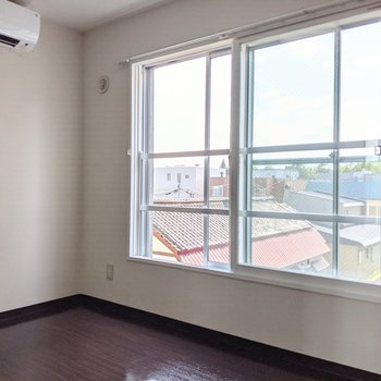【洋室】大きな窓は南東向き。明るい日差しが差し込んできます。