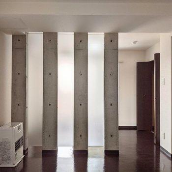 【LDK】お部屋の仕切りはコンクリの柱でクールです。