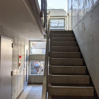 踊り場部分に窓があるので階段は明るいです。