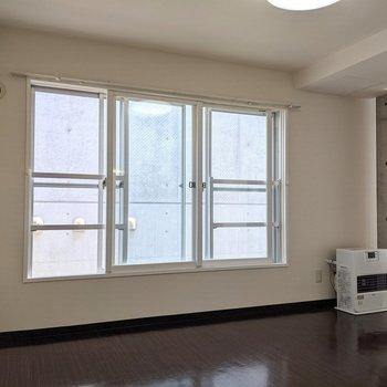 【LDK】大きな窓は2箇所開くことができます。涼しい風が入ってきます。