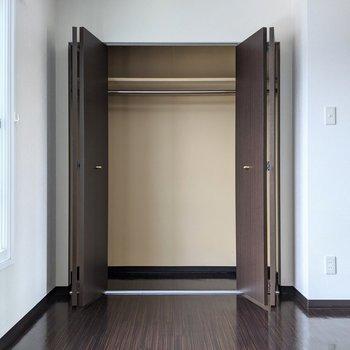 【洋室】クローゼットは大容量◎ハンガーパイプがあるので洋服も収納できます。