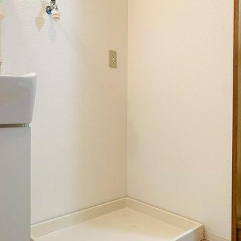 そのお隣には洗濯機置場。 (※写真は2階の反転間取り別部屋のものです)