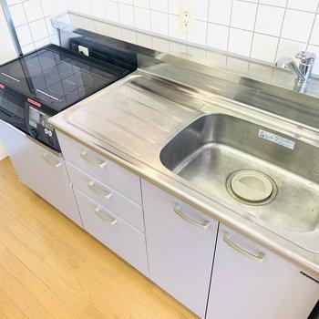 広めのシンクと作業台、それにIHコンロ。お料理好きにはたまらないシステムキッチン。 (※写真は2階の反転間取り別部屋のものです)