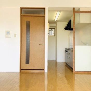 ナチラルな色使いのお部屋です。キッチン横の扉からは水回りと玄関スペースへ。 (※写真は2階の反転間取り別部屋のものです)