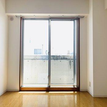 洋室にも大きな窓。真っ白なシーツのベッドとサイドテーブル。グリーンを置いても落ち着く空間にできそうです。 (※写真は2階の反転間取り別部屋のものです)