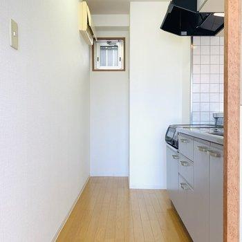 キッチンスペース。一番奥には小窓があるので換気も出来ますね。 (※写真は2階の反転間取り別部屋のものです)