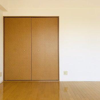 床には絵画やお気に入りの雑誌を置いて、少し変わった空間の演出もしてみたい。 (※写真は2階の反転間取り別部屋のものです)