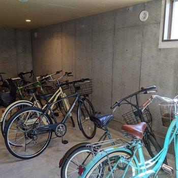 駐輪場は屋内なので天気の影響を受けにくいです。