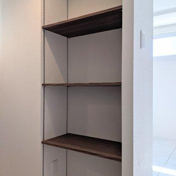 キッチン裏には食器や家電を置くことができる棚があります。