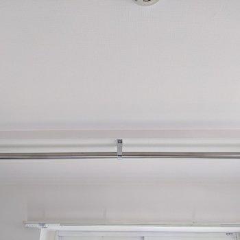窓の前にはハンガーパイプがあります。洗濯物を干すことができますね。