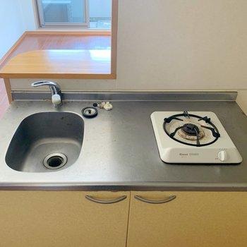 コンロは1口。シンクも小さめなので、洗い物はためこまないように!(※写真は清掃前で、3階の反転間取り別部屋のものです)