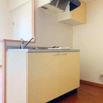 キッチンは元気のでるビタミンカラー。奥に冷蔵庫を置きましょうね。(※写真は3階の反転間取り別部屋のものです)