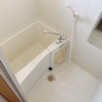お風呂にはシャンプーなど置くラックがあるといいかも。(※写真は3階の反転間取り別部屋、清掃前のものです)