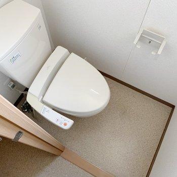 トイレはスライドドアで仕切られています。ウォシュレット付きで快適〜◯(※写真は3階の反転間取り別部屋、清掃前のものです)