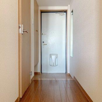 左側に脱衣所が。ここに水回りはまとまっています。(※写真は3階の反転間取り別部屋のものです)