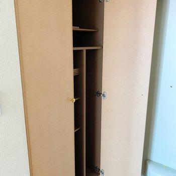 靴箱はおひとり様には十分なサイズかも!(※写真は3階の反転間取り別部屋、清掃前のものです)
