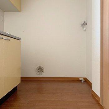 洗濯機もキッチンに置くみたい!でもスペースはしっかりありますよ。(※写真は清掃前で、3階の反転間取り別部屋のものです)