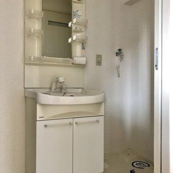 最後はサニタリー。洗面台と洗濯機置き場は隣同士。