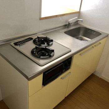 キッチンは半独立しているつくり。2口コンロで自炊派も安心!