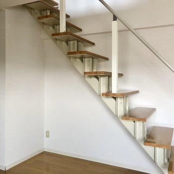 階段下は収納などでも使えそう!ではロフトへ。