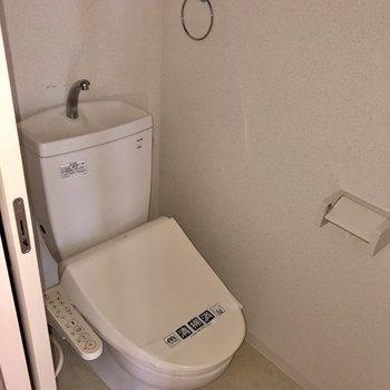 トイレはウォシュレット付き。あ!1階にありますよ!(※写真はフラッシュ撮影のものです)