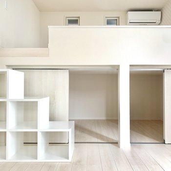 ロフトの下は収納スペース。左のボックスは階段にもなります◎