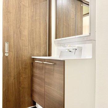 3面鏡の立派な独立洗面台です。
