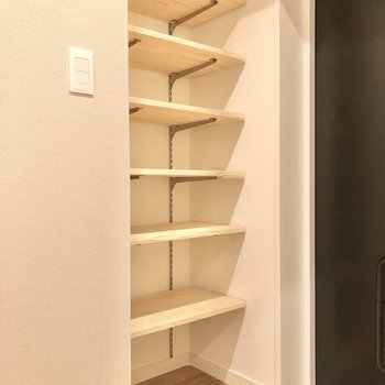 玄関には可動式の棚で見せる収納を。※写真は前回募集時のものです