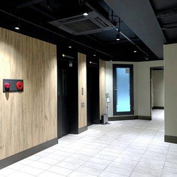 1階のエントランスは広々。エレベーターは2基あります。