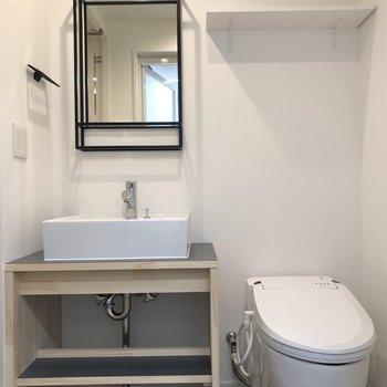 サニタリースペースには、スタイリッシュな洗面台とタンクレストイレ。※写真は前回募集時のものです