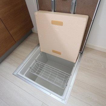 【LDK】足元には床下収納もあります。