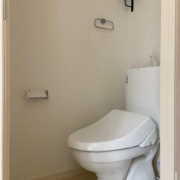 トイレはもちろん温水洗浄便座付き。