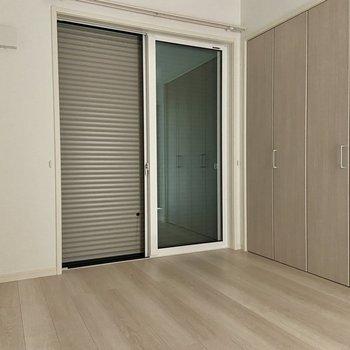 【洋室】ベランダへの窓は防犯用の雨戸付きです。