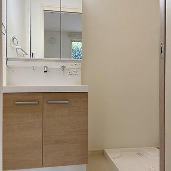 脱衣所へ。鏡裏収納付きの独立洗面台。