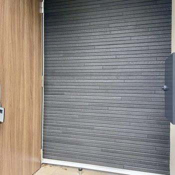 ドアの前にメールボックスがあります。