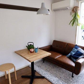 寝具をソファベッドなどにすると、デスクやテーブルが配置しやすそうですよ。