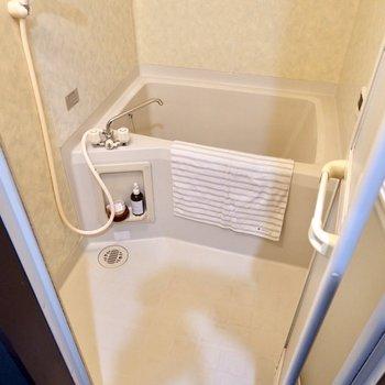 浴室はホワイトのシンプルな空間です。