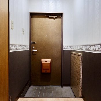 玄関もタタキ部分が広く、靴の脱ぎ履きがしやすいですね。