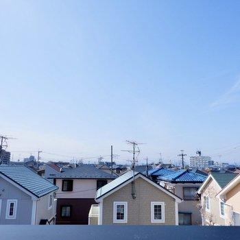 開放的で雲ひとつない青空が素敵です。
