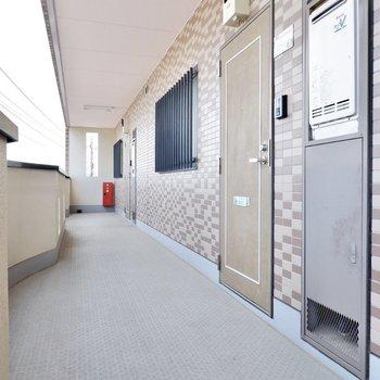 玄関前は道幅が広く家具の搬入に困りません。
