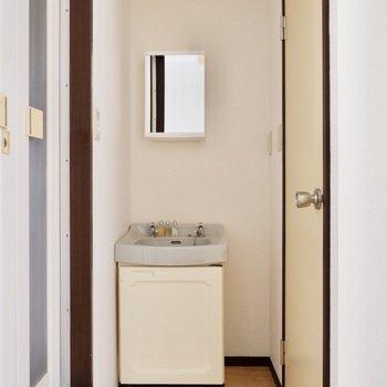 スッキリとした洗面台。横にスマートなワゴンを置くと便利です。
