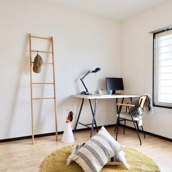 【洋室】明るく爽やか。書斎や寝室に良さそうですね。