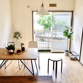 【DK】食卓は4人掛けの物も余裕を持って設置できます。