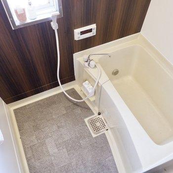 木目の落ち着いた浴室。