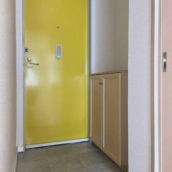 玄関はフラット。毎朝イエローの扉に元気を貰えそう。