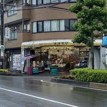 バス停のある通りにはスーパーがありました。
